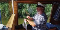 Tři muži ve člunu a stevard - den 4